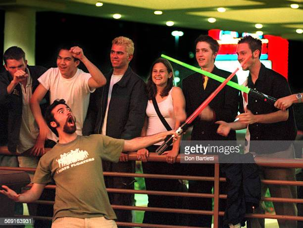 AAStarWarsDuelDB051899––NewportBeach–– Jon Schnitzer of Lake Forest entertains Star Wars fans with a plastic 'light saber' and a duel with a...