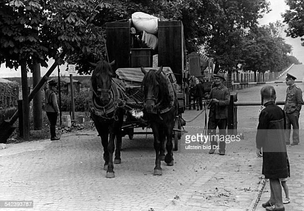 'Ab und zu gelingt es noch an einzelnenGrenzübertritten Ostoberschlesiensvolksdeutschen Flüchtlingen mit einigemHausrat ins Reich zu kommen....