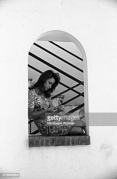 'Aba Cercato judged the best RAI announcer for her accuracy and the sense of tranquility she conveys to the audience poses seated on the sill of a...