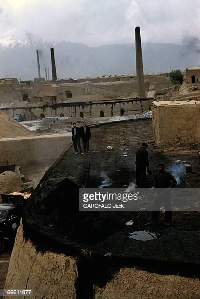 Abadan Refinery In Iran Abadan fin des années 50 Des ouviers travaillant dans une usine avec des cheminées en arrièreplan
