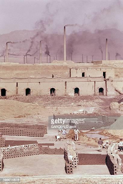 Abadan Refinery In Iran Abadan fin des années 50 Des ouviers fabriquant des briques ou des moellons devant les cheminées et autres installations...