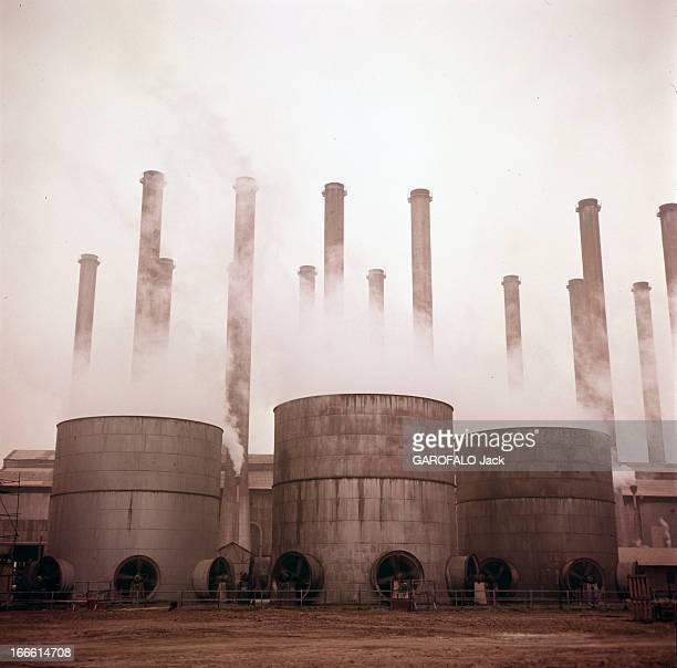 Abadan Refinery In Iran Abadan fin des années 50 Les cheminées et les cuves d'une raffinerie de pétrole