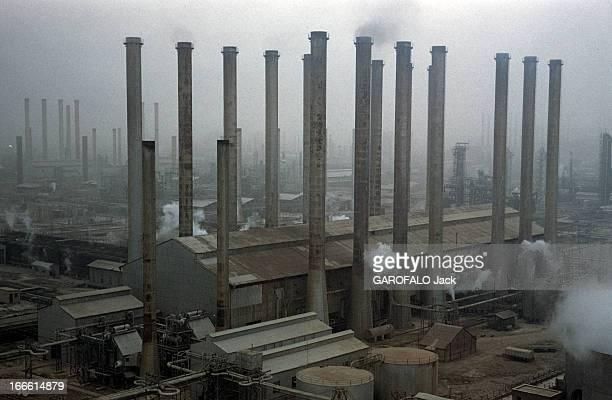 Abadan Refinery In Iran Abadan fin des années 50 Les cheminées et autres installations d'une raffinerie de pétrole