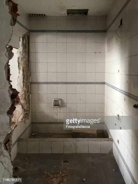 verlaten en vernietigd badkamer - geruïneerd stockfoto's en -beelden