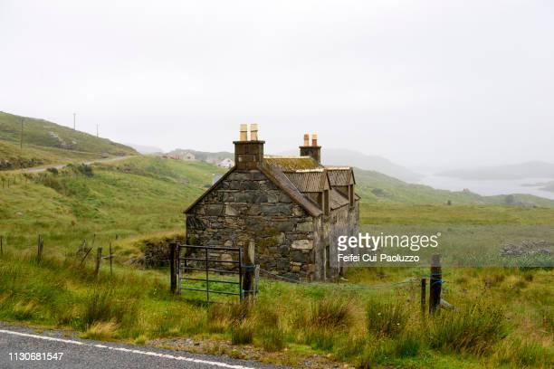 abandoned barn and rural scene at enaclete, lewis, scotland - hebriden inselgruppe stock-fotos und bilder