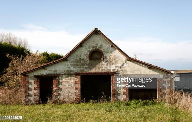 abandoned barn at le crotoy, northern france - le crotoy photos et images de collection