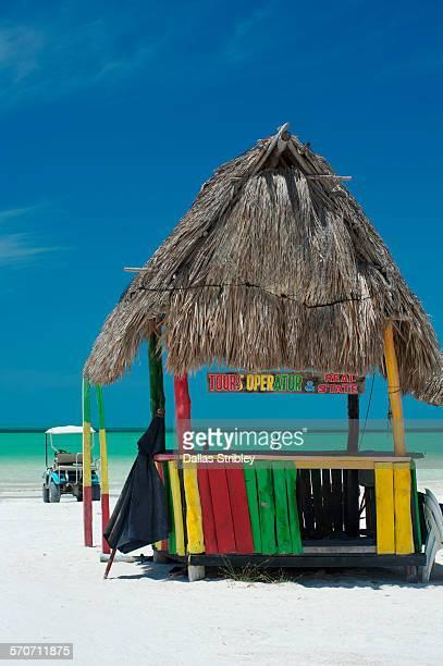 abandoned beach hut on holbox island, mexico - isla holbox fotografías e imágenes de stock