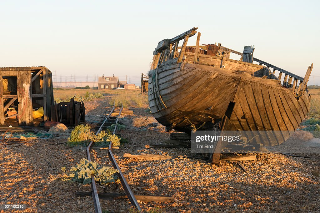 Abandoned boat and shed in Dungeness UK : Stock Photo