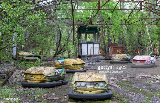 abandoned bumper cars in the amusement park of pripyat city - chernobyl stockfoto's en -beelden