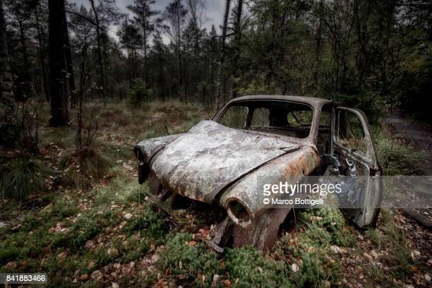 abandoned cars. kyrko mosse junkyard, sweden. - rust colored fotografías e imágenes de stock
