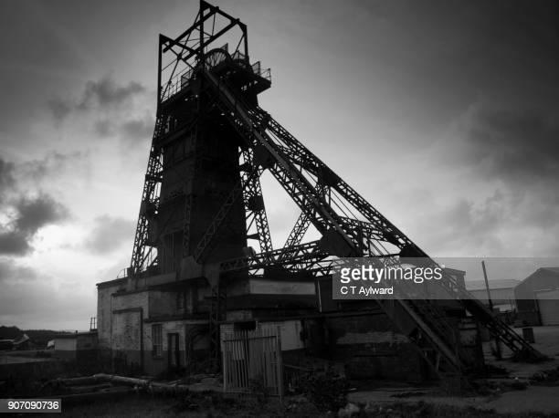 abandoned colliery winding gear, south wales coalfields - welshe cultuur stockfoto's en -beelden