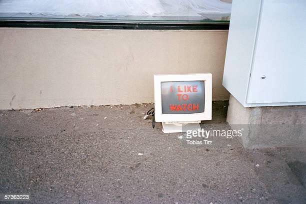 abandoned computer screen on sidewalk with message - voyeurismo fotografías e imágenes de stock
