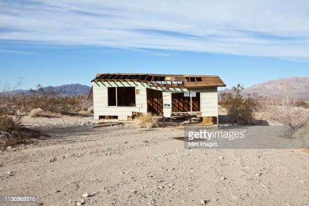 abandoned desert home - 掘建て小屋 ストックフォトと画像