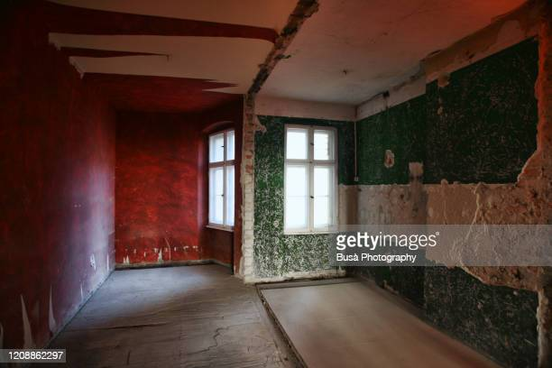 abandoned domestic interior - distruzione foto e immagini stock