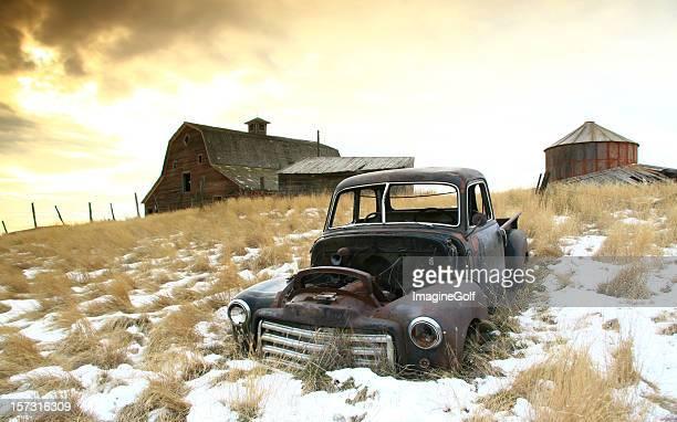 abandonado farm en great plains en invierno - great depression fotografías e imágenes de stock