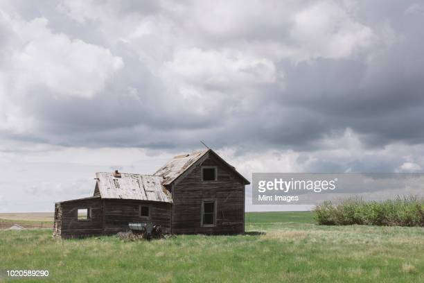 abandoned farmhouse on prairie - abandoned stock pictures, royalty-free photos & images