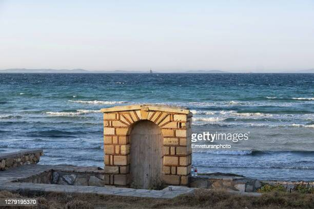 abandoned fountain at sunset in pirlanta beach,çeşme. - emreturanphoto stock pictures, royalty-free photos & images