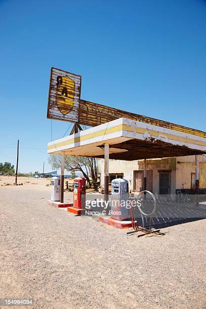 station essence abandonné sur la route 66, du désert - route 66 photos et images de collection