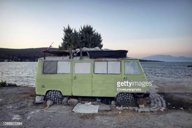 abandoned green caravan by the seaside at sifne,aegean turkey. - emreturanphoto fotografías e imágenes de stock