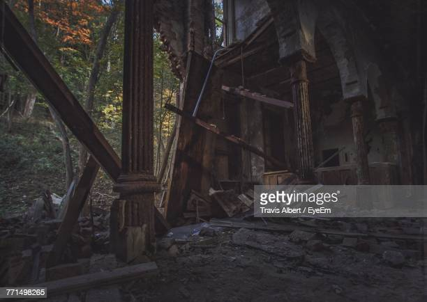 abandoned house amidst trees in forest - oude ruïne stockfoto's en -beelden