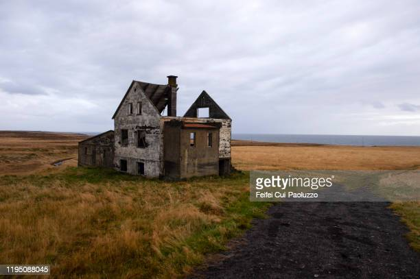 abandoned house at hellnar, snæfellsnes peninsula, western region, iceland - derribado fotografías e imágenes de stock