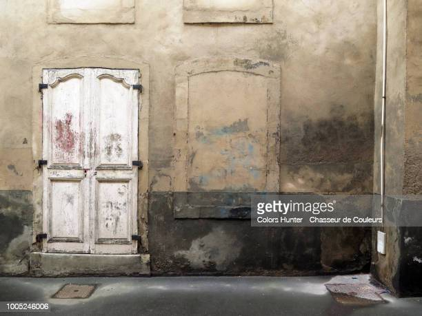 abandoned house in paris - corner stock pictures, royalty-free photos & images
