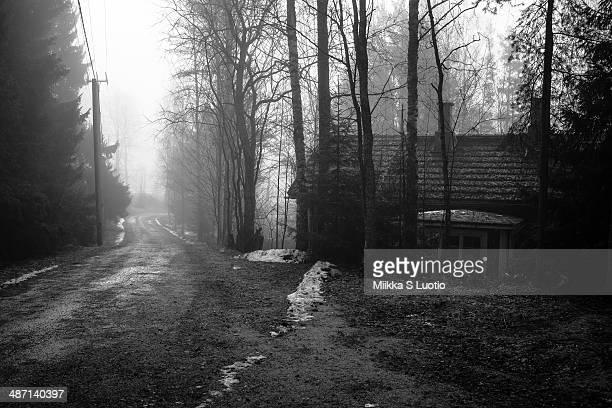 abandoned house on a desolate road - espoo - fotografias e filmes do acervo