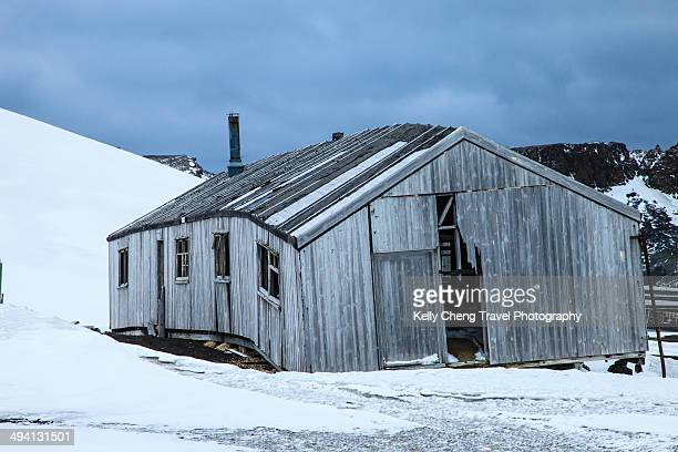 abandoned house on deception island - houses in antarctica stock pictures, royalty-free photos & images