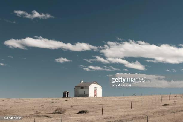 abandoned house on the horizon - abgeschiedenheit stock-fotos und bilder