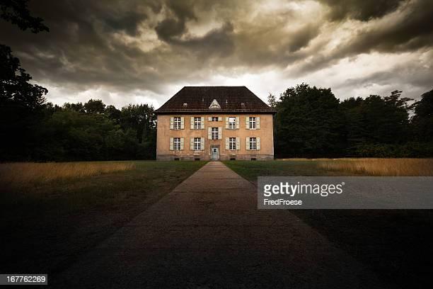 Abandonado casa con cielo dramático