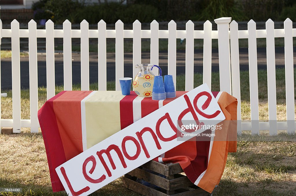 Abandoned lemonade stand : Stockfoto