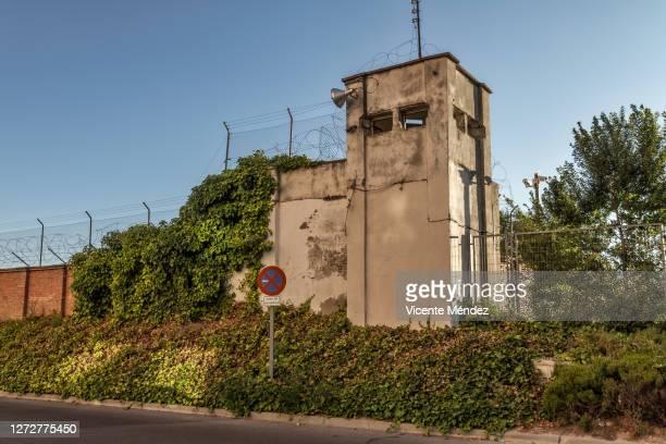 abandoned military barracks checkpoint - vicente méndez fotografías e imágenes de stock
