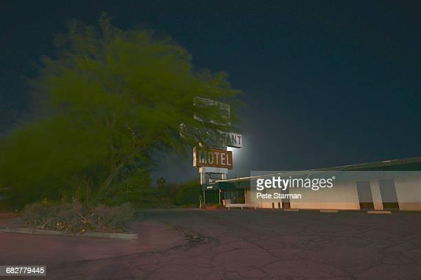 abandoned motel in baker, ca. - カリフォルニア州ベーカー ストックフォトと画像