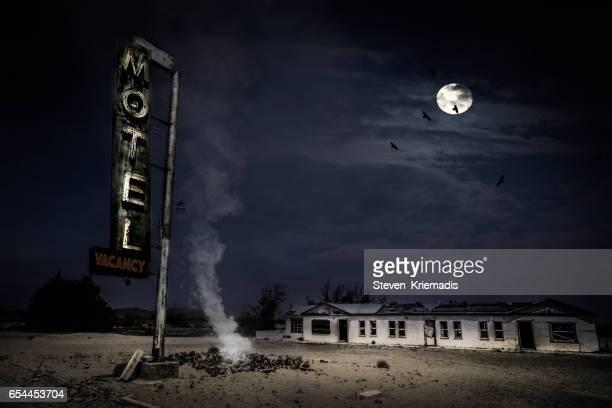 abandoned motel in the desert - 打ち捨てられた ストックフォトと画像