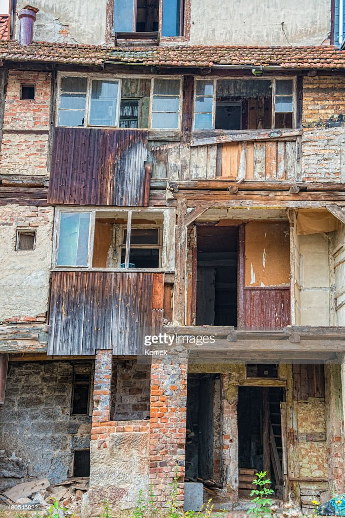 Velha casa abandonada arredores : Foto de stock