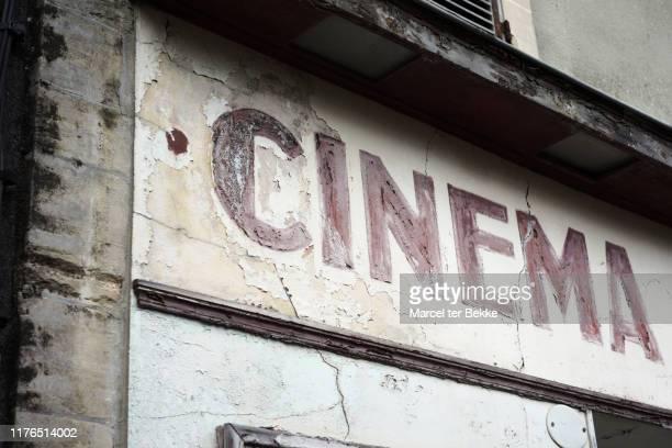 abandoned old movie theatre - filmindustrie stock-fotos und bilder