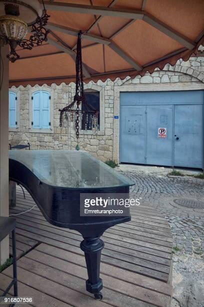 abandoned piano outdoors under a sunshade. - emreturanphoto fotografías e imágenes de stock