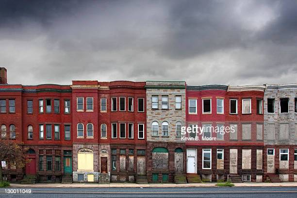 abandoned rowhouses in baltimore city - terraced_house stock pictures, royalty-free photos & images