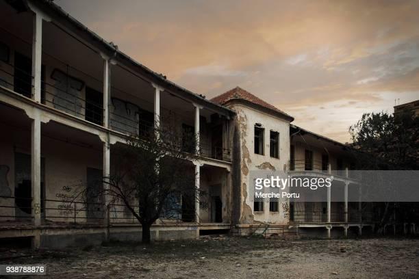 abandoned sanitarium - hôpital psychiatrique photos et images de collection
