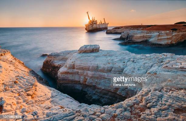 abandoned ship edro iii near cyprus beach. - cyprus stockfoto's en -beelden