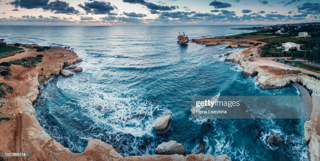 Abandoned ship Edro III near Cyprus beach. View from drone. : ストックフォト