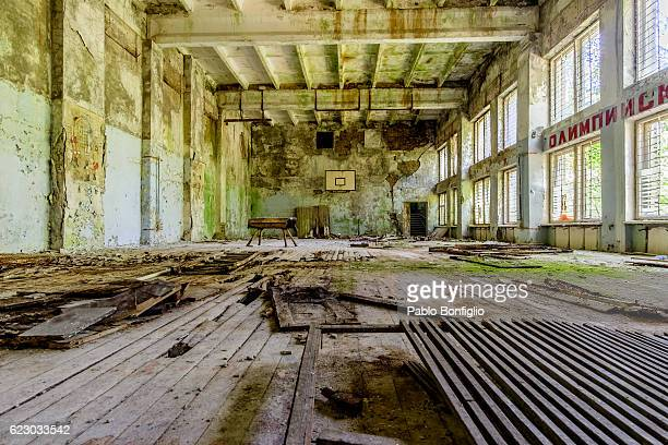 abandoned sport center in the chernobyl exclusion zone, pripyat, ukraine - acidente nuclear de chernobil - fotografias e filmes do acervo