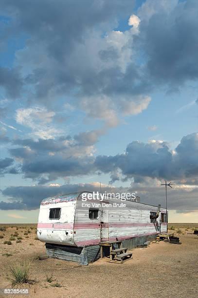 abandoned trailer home - eric van den brulle fotografías e imágenes de stock