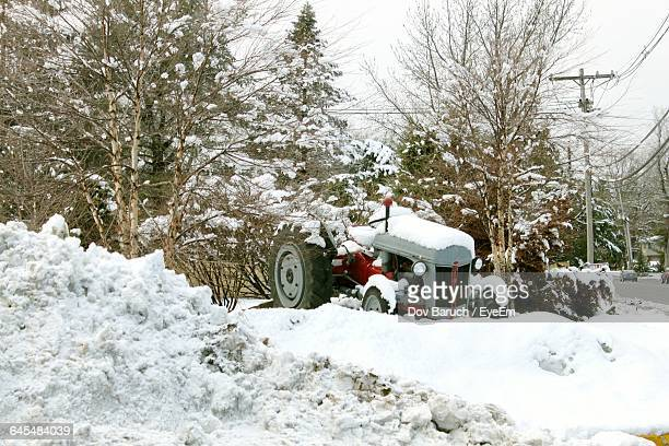 abandoned vehicle on snow covered landscape - barulho stock pictures, royalty-free photos & images