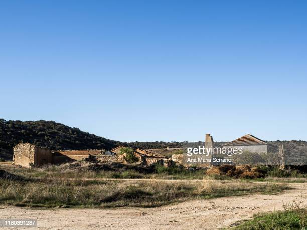 abandoned village in the province of salamanca (spain) with abandoned houses built in stone with wooden doors and windows and houses in ruins. rural depopulation concept - town fotografías e imágenes de stock