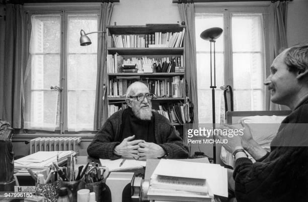 L'Abbé Pierre dans son bureau en 1992 France