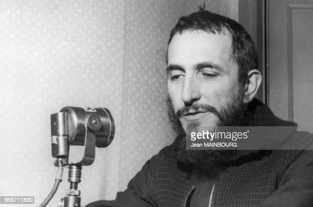 L'Abbé Pierre enregistrant son appel d'aide aux sansabris pour l'édition d'un disque par PathéMarconi à l'hôtel Bristol à Paris en 1954 France