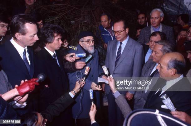 L'abbé Pierre Jacques Chirac et Daniel Guichard interrogés par des journaliste lors du Noël de l'Abbé Pierre en décembre 1994 France