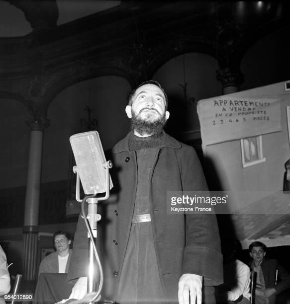 L'abbé Pierre lors du meeting organisé par l'Aide aux sanslogis de la région parisienne à la salle Wagram à Paris France le 10 avril 1956