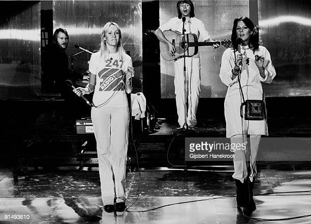 Abba perform live on the Dutch TV programme 'Een Van De Acht' on November 23 1976 LR Benny Andersson Agnetha Faltskog Bjorn Ulvaeus AnniFrid Lyngstad